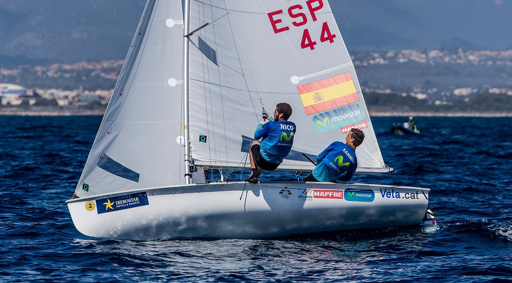 Nico Rodríguez (izquierda) navegando junto a Jordi Xammar (derecha). Foto @ Jesús Renedo / Sailing Energy / Trofeo Princesa Sofía IBEROSTAR